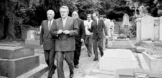 Le 4 juin 1981, Pierre Mauroy, nommé Premier ministre par François Mitterrand, vient déposer une gerbe sur la tombe de Léon Blum au cimetière de Jouy-en-Josas. Les journaux de l'époque rapportent ses déclarations : « Il s'agit de poursuivre aujourd'hui au nom de la justice et de la raison, pour assurer réellement la dignité de l'homme, l'œuvre dont Léon Blum en 1936 a écrit les premières pages. Ce rendez-vous est donc tout à la fois celui de notre fidélité, celui de notre détermination, celui de notre espoir ». (Fondation Jean Jaurès)